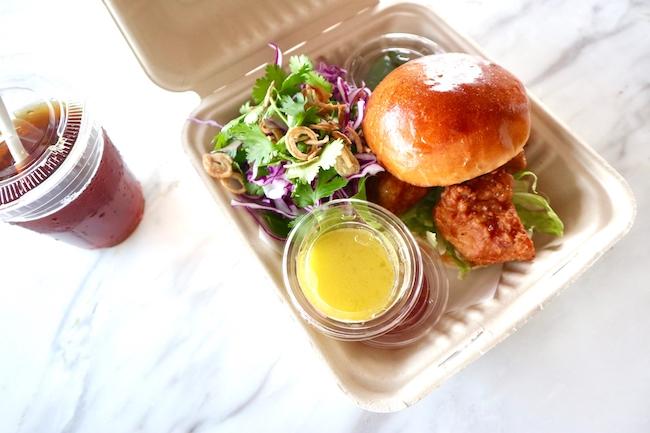 「シンガポールフライドチキンバーガー - シュリンプペーストでマリネしたチキン、スウィートチリソース、赤キャベツとハーブのサラダ」¥2,100