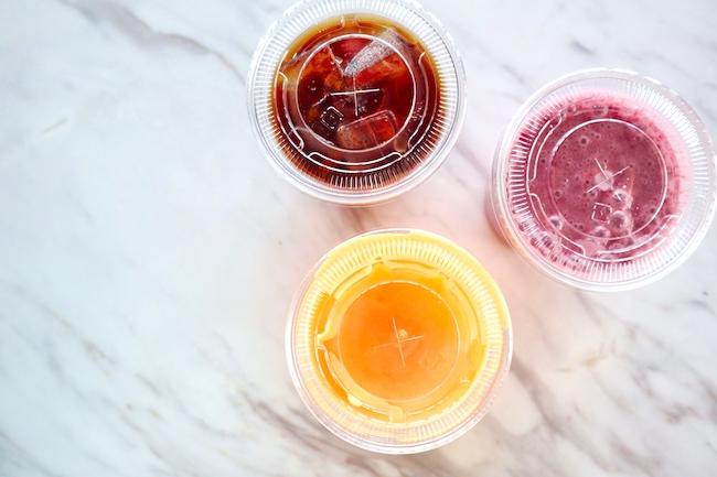 「フレッシュオレンジジュース」「サンライズドリンク - ベリー、バナナ、 アップル、オレンジ、ヨーグルト」「コールドブリューアイスコーヒー」各¥800