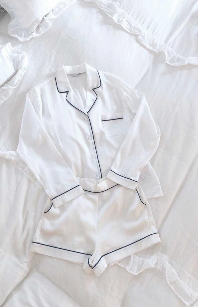 Priv. Spoons Clubのナイトウェアも白をチョイス。ブランドを始めて以来の定番で、白×ネイビーは、ずっと好きな色の組み合わせだという。