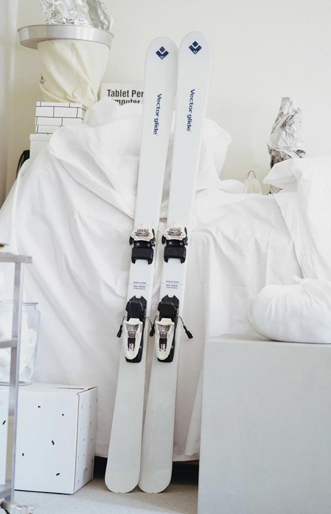 スキー板はデザインを見て一目惚れしたvector glideのもの。実物を見ずにネットで即購入し、そのまま雪山に送ってもらい受け取ったという。