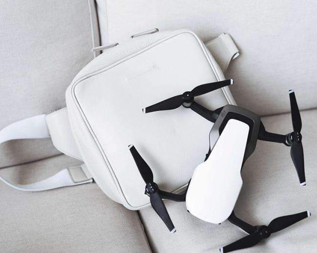 「これで何か作ろう!」と盛り上がり、ドローン用バッグを作ることに。普段の装いにマッチ。