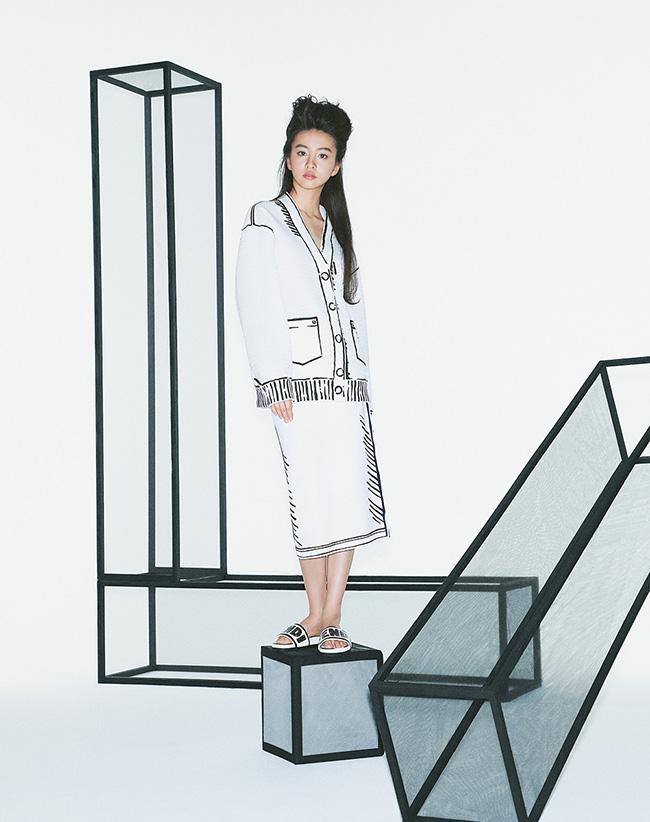 メッシュカーディガン¥348,000 スカート¥135,000 サンダル¥79,000(すべて予定価格 6月下旬発売予定)/Fendi(フェンディ ジャパン)
