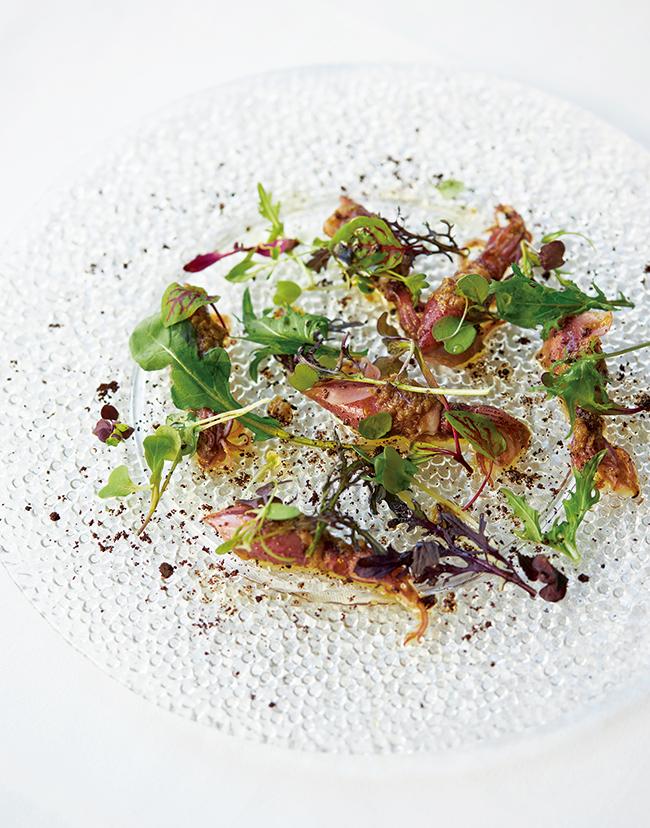 メニューは旬に合わせて入れ替え。取材時は「富山産スチームホタルイカと蕗の薹の冷製」(¥3,000)という春の訪れを告げる前菜が楽しめた。