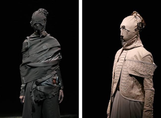 "Undercover 2006-07AW ""BBV GURUGURU"" 「服と同じ布で顔を覆いたい、というオーダーに対して出来上がってきたのは、ショーの世界観を何十倍にもレベルアップさせるようなマスク。鋲、ピアス、チェーンなどその配置やデコレーションのバランスは見事の一言」(高橋盾)"