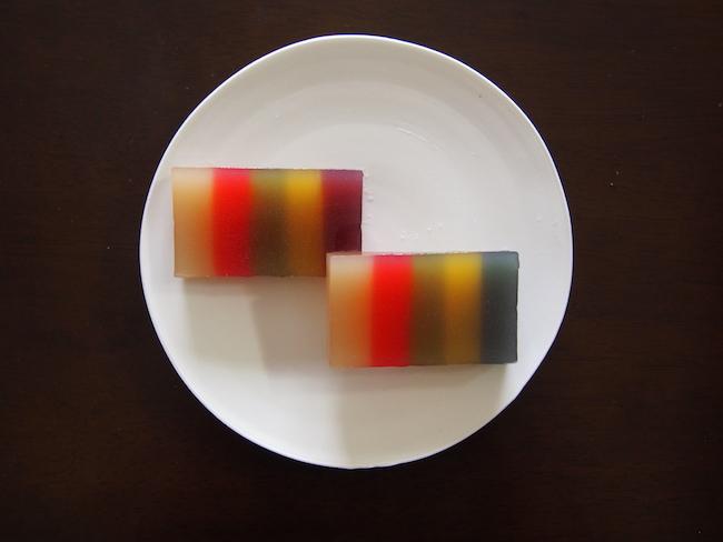 「彩願」(右)と「彩想」(左)、黒田泰三さんの平皿に載せて。