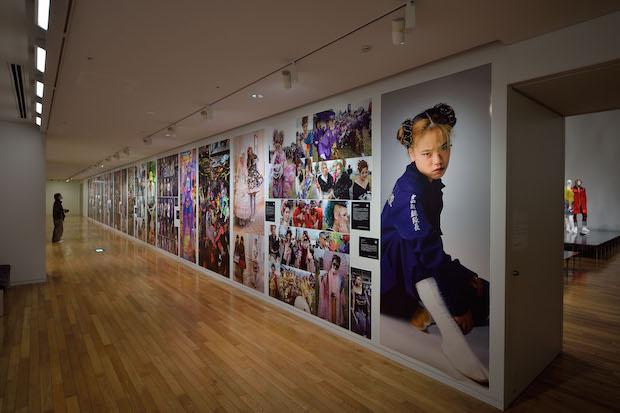 「ドレス・コード?—着る人たちのゲーム」展示風景 撮影:畠山直哉 写真提供:東京オペラシティ アートギャラリー