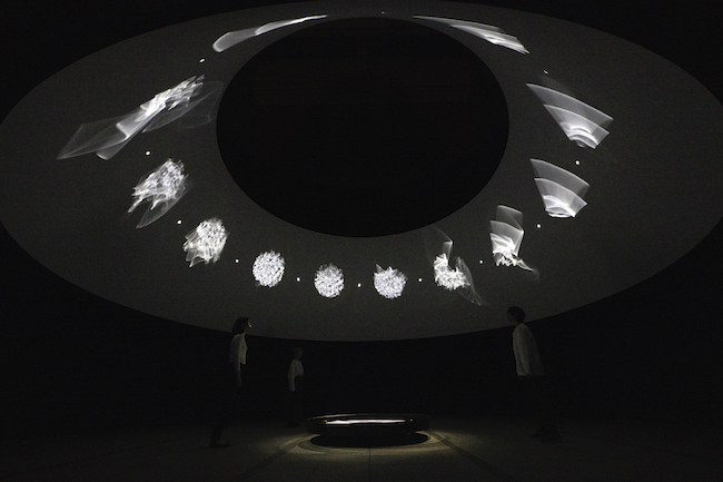 オラファー・エリアソン『ときに川は橋となる』(2020年)  「オラファー・エリアソン ときに川は橋となる」展示風景(東京都現代美術館、2020年) 撮影:福永一夫 Courtesy of the artist; neugerriemschneider, Berlin; Tanya Bonakdar Gallery, New York / Los Angeles © 2020 Olafur Eliasson