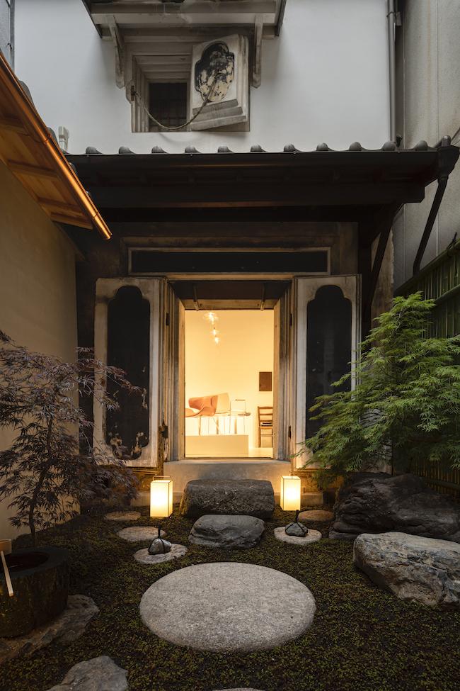 中庭の先には、元々の蔵を生かしたギャラリー空間。