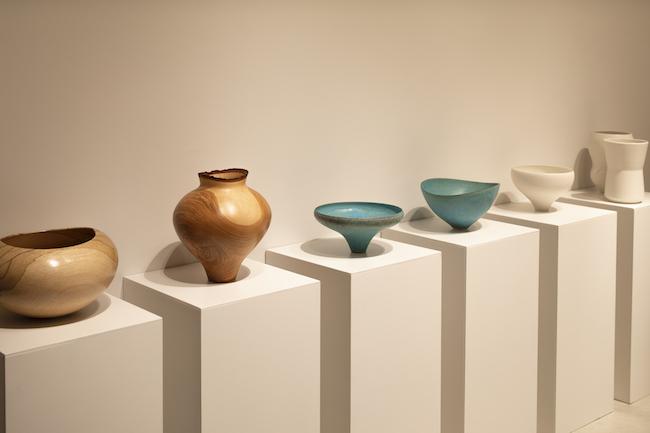 左から、盛永省治の木工作品、鈴木麻起子のターコイズブルーの器、大谷哲也の白磁。
