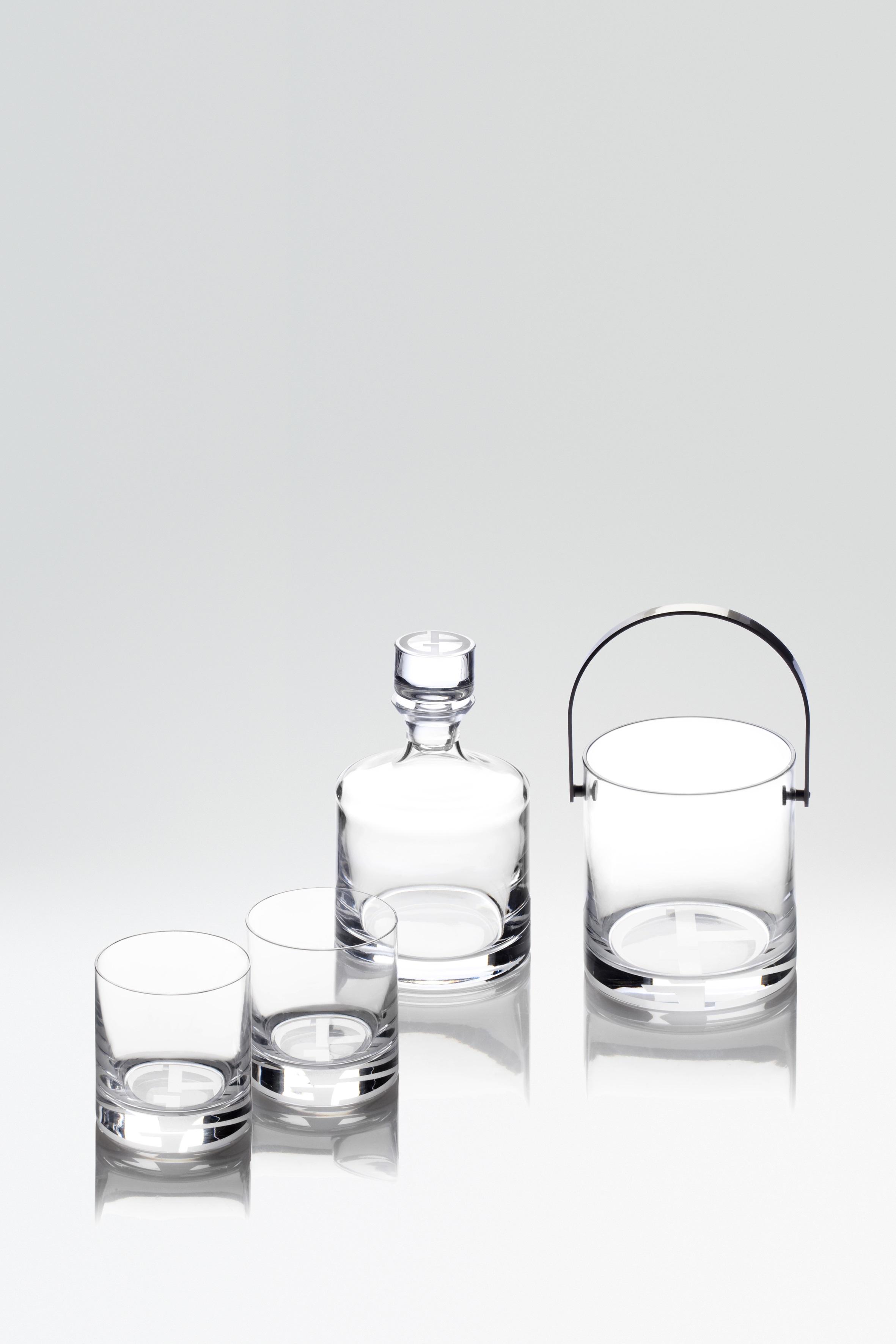 <左から> ウィスキーグラス(W8,5xH8,5xH10cm)各¥10,200 ウィスキーボトル(W12xH12x21cm) ¥42,500 アイスバケット(W13xH13xH14cm) ¥42,500/すベてARMANI / CASA(ジョルジオ アルマーニ)