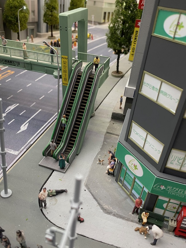 エヴァンゲリオン 第3新東京市エリアの歩道橋あたりに設置をお願いしました