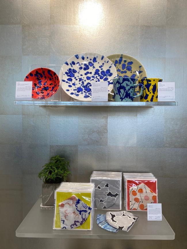 上段は壽泉窯で作られたマグ&プレート ¥7,150(税込)  元気マスク ¥2,200(税込)