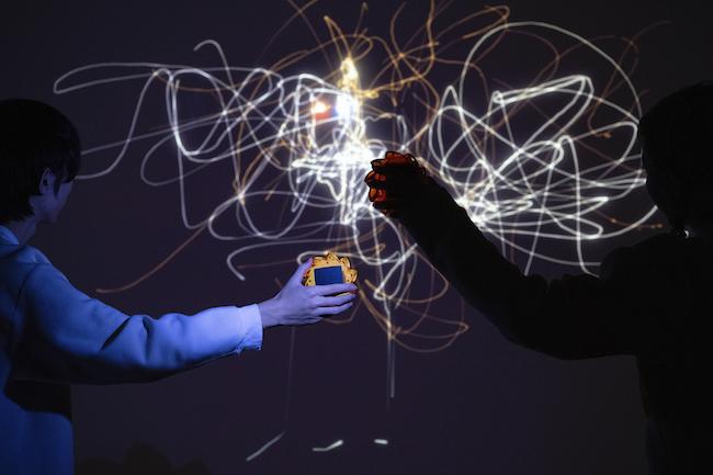 オラファー・エリアソン『サンライト・グラフィティ』(2012年)  「オラファー・エリアソン ときに川は橋となる」展示風景(東京都現代美術館、2020年) 撮影:福永一夫 Courtesy of the artist; neugerriemschneider, Berlin; Tanya Bonakdar Gallery, New York / Los Angeles © 2012 Olafur Eliasson