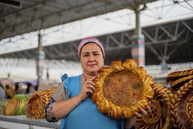 マルシェでパンを売る女性