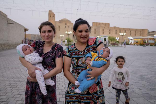 声をかけると笑顔で答えてくれた、赤ん坊を抱いた母親たち