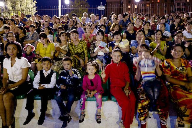 ウズベキスタンの人は色鮮やかなファッションが好きなようです。
