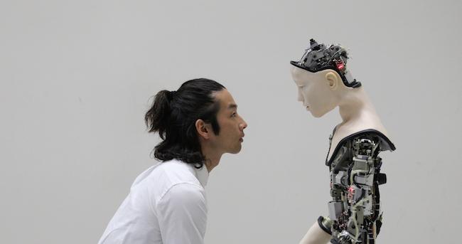 ジュスティーヌ・エマール『Co(AI)xistence』2017年、ビデオインスタレーション(12分) with 森山未來 / オルタ(大阪大学石黒研究室、東京大学池上高志研究室) © Justine Emard / Adagp, Paris 2020