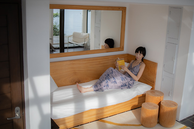 1階のキッチンとバスルームの合間にある、ソファエリア。