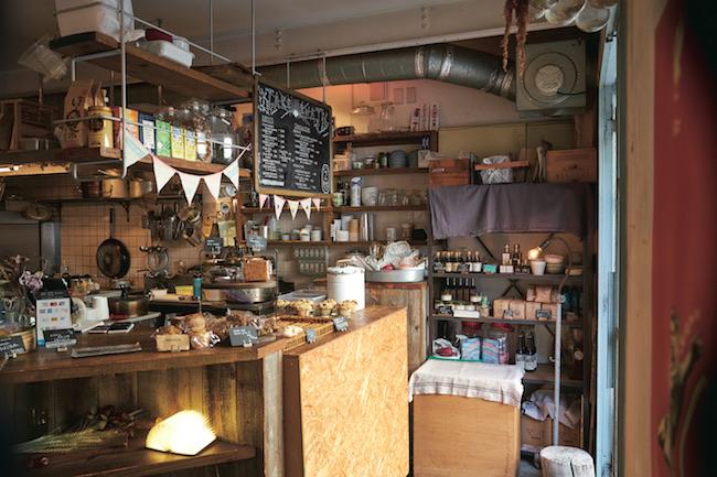 アットホームな空間。店内では焼菓子や調味料、器なども販売。
