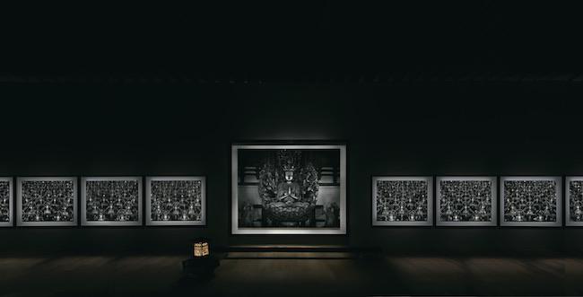 京都市京セラ美術館開館記念展「杉本博司 瑠璃の浄土」(2020年)より、世界初公開となる中尊(中央)を含む展示風景。 ©Hiroshi Sugimoto