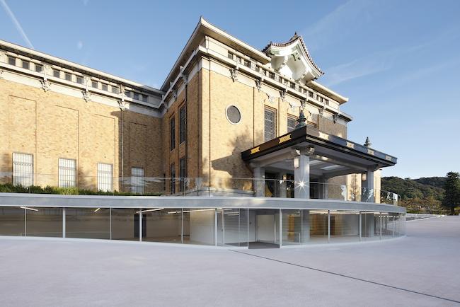 歴史的建築に調和する流線型のガラスのファサード。Photo: Koroda Takeru