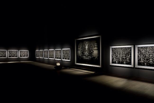 真っ暗な部屋に厳かに鎮座する「仏の海」シリーズ。「杉本博司 瑠璃の浄土」展示風景 ©Hiroshi Sugimoto Photo:Yuji Ono