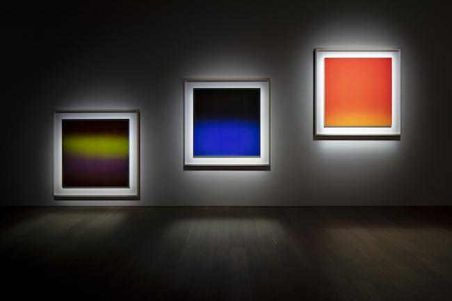 黒い部屋に色彩が浮かび上がる「OPTICKS」シリーズ。「杉本博司 瑠璃の浄土」展示風景 ©Hiroshi Sugimoto Photo:Yuji Ono