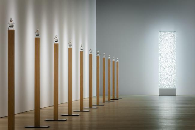 光学硝子五輪塔が整然と並ぶ空間。「杉本博司 瑠璃の浄土」展示風景 ©Hiroshi Sugimoto Photo:Yuji Ono