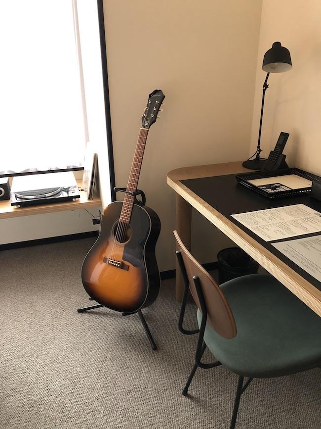 客室によって、エースホテルお馴染みのターンテーブルとギターが用意されている。