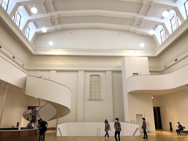 本館の中心、天井高16mの旧大陳列室は、地下1階メインエントランスのロビーから大階段によってつながる「中央ホール」にリノベーションされた。