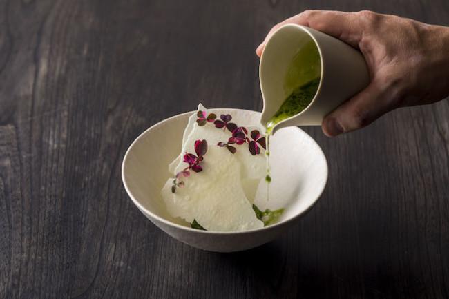 酒粕のアイスクリームに酸っぱい緑のイチゴのスープをかけていただく「酒粕、グリーンストロベリーとレモンバーベナ」