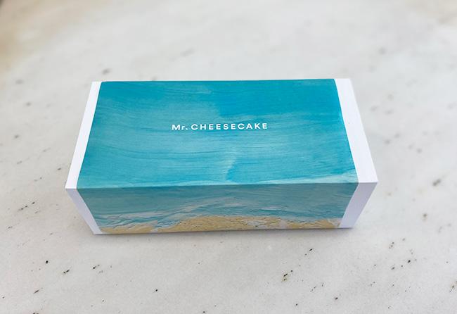 夏の海のイラストをあしらった包装紙の限定パッケージ