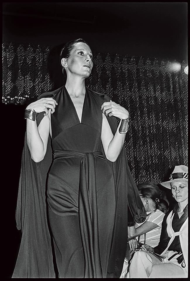 1971年、ホルストンのランウェイを歩くトップモデル時代のペレッティ。