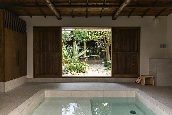 母屋とは別に、玄関近くにある離れにあるお風呂。自然を感じながら浸かれる湯船は、贅沢すぎる時間ですよね。
