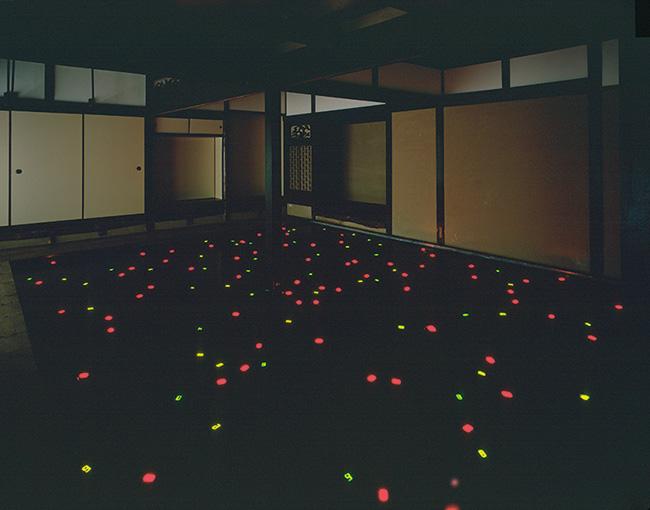 宮島達男『Sea of Time'98』(1998年)展示風景:「家プロジェクト『角屋』」ベネッセアートサイト直島(香川)1998年 撮影:上野則宏