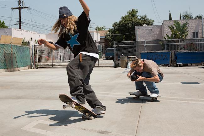 幼少期からスケートの大会に出場し、現在はモデルとしても活躍中のオーラン・プレナット(写真左)演じるファックシットを撮影しているのが、フォースグレード役のライダー・マクラフリン(写真右)。