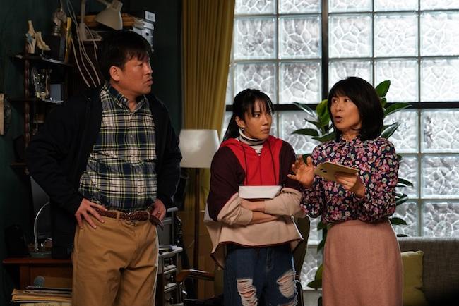 香取慎吾が演じる舎人真一の隣人、粕谷家の人々。左から、佐藤二朗、山本千尋、長野里美。 ©︎2020 Amazon Content Services LLC