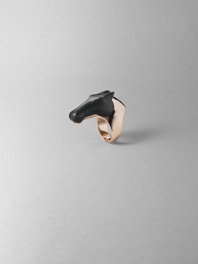 リング《ギャロップ》(PG×ブラックジェイド) ¥3,760,000(参考価格)/Hermès(エルメスジャポン 03-3569-3300) ©︎Maud Révy-Lonvis
