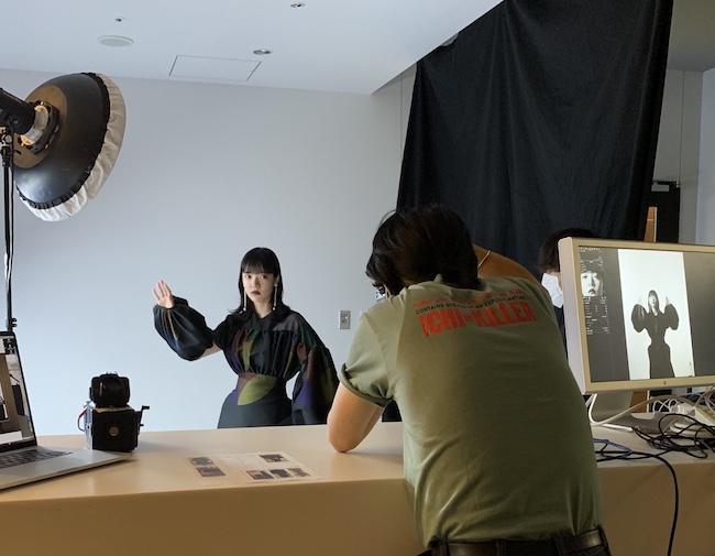 スタジオ? 実はワーナー・ミュージックさんのオフィスのエントランスです。カメラマン大野隼雄さんの見事な手際でスタジオに早変わり!