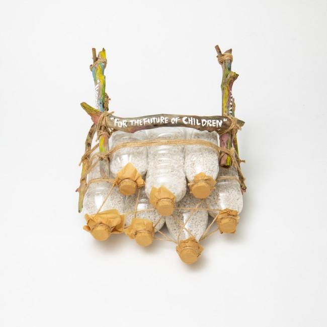 アーティスト 蒼木アキラ作。フォルムでマスクを表現し、環境問題を想起させる作品。