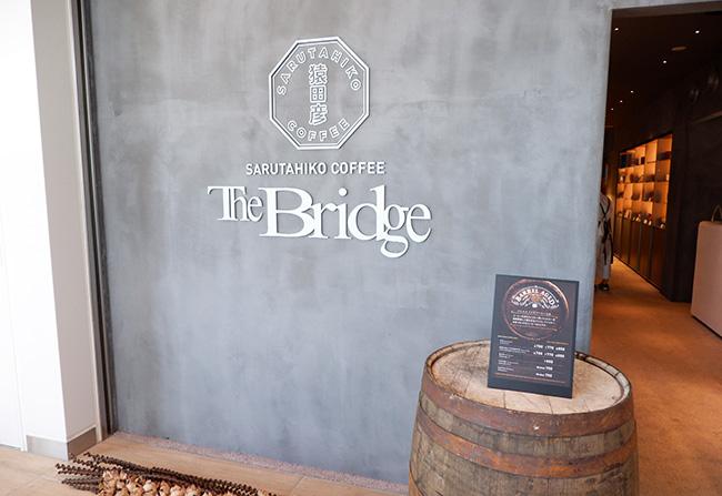 店名のThe Bridgeとは、店舗すぐ隣の神宮橋と五輪橋に由来。
