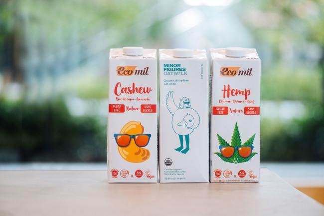 <右>エコミル 有機ヘンプミルク(無糖)1000ml  ¥980<左>同 有機カシューナッツミルク(無糖) 1000ml  ¥980 <中>マイナーフィギュアズ 有機バリスタ オーツミルク 1000ml ¥800