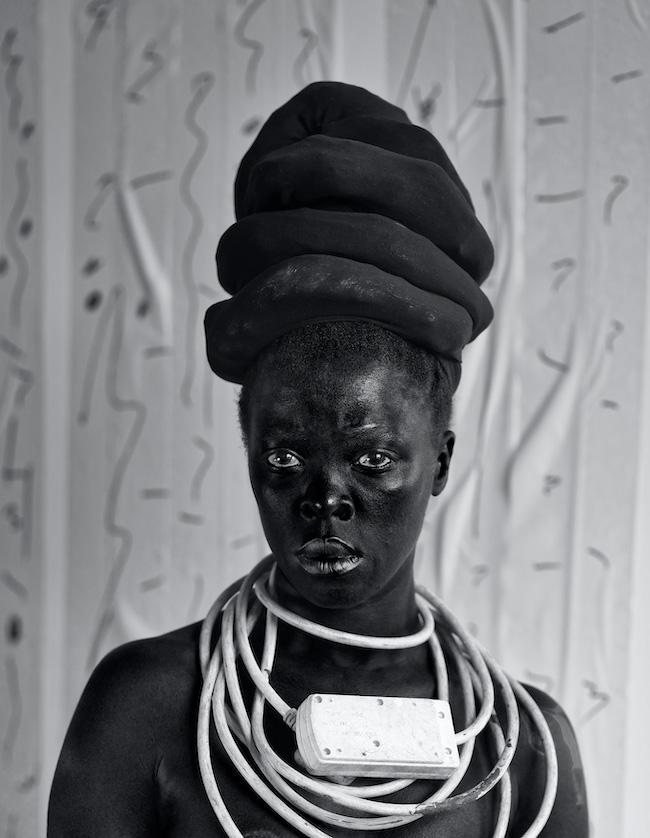 Zanele Muholi, Thembekile, Partkown, 2015 Serie Somnyama Ngonyama Silver Gelatin print, 80 x 62 cm © Zanele Muholi
