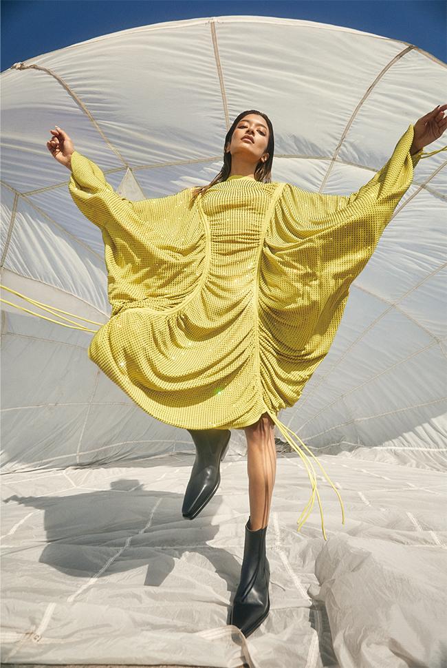 ドレス¥5,564,000 ブーツ¥169,000/ともにBottega Veneta(ボッテガ・ヴェネタ ジャパン)