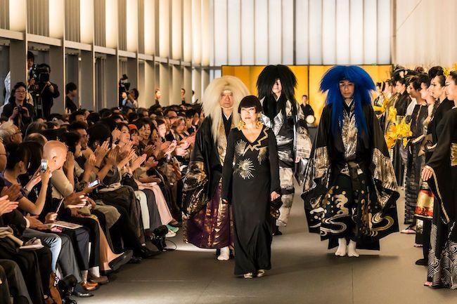 パフォーマンス「⾵神雷神」とファッションショー