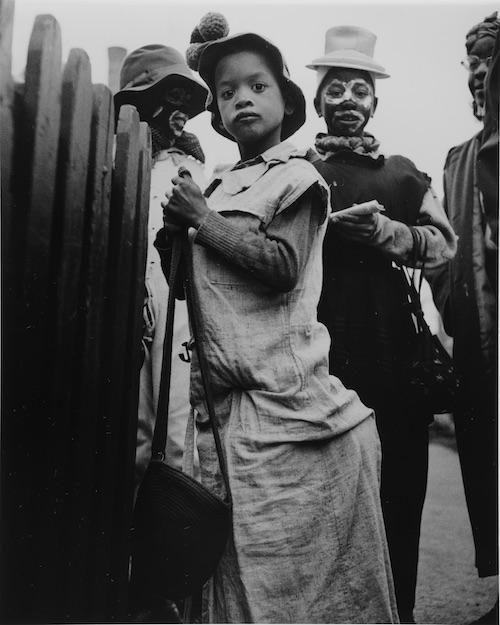 『シカゴ ハロウィン』ゼラチン・シルバー・プリント(1948-52年) ©️高知県,石元泰博フォトセンター 高知県立美術館蔵
