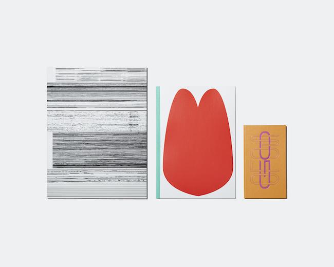 「FormSwiss」オリジナルグッズよりTHINK OF THINGSとのコラボレーション企画、スイスのグラフィックデザイナー3組がデザインしたコクヨのノート。 左から、キャスパー・フロリオによるレポートパッド『Untitled』、フーベルトス・デザインによるキャンパスノート『LOVE』、スイス・タイプフェイシズによる『GO SOLO – A notebook for lonely times』(測量野帳)。