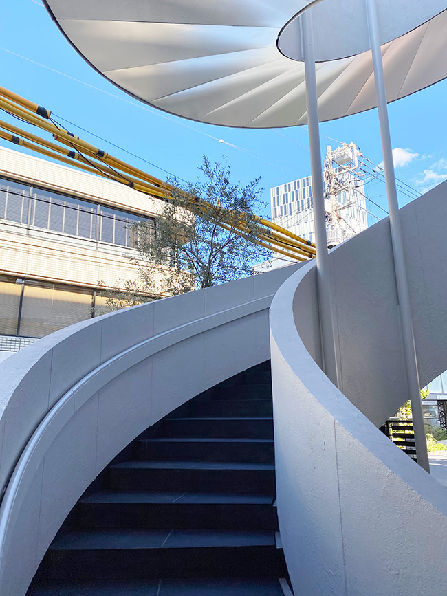 大きな螺旋階段が特徴的な真っ白な建物です