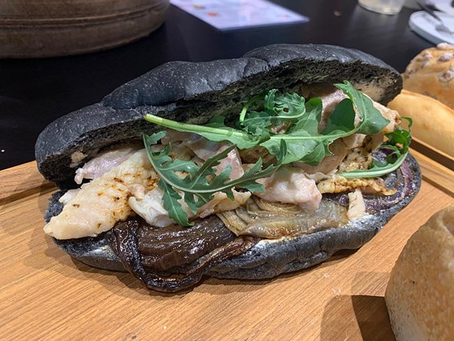 竹炭パンとさつま純然鶏のカスクート¥680
