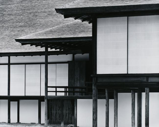『桂離宮 中書院東庭から楽器の間ごしに新御殿を望む』(1981-82年) 東京都写真美術館蔵  ©高知県, 石元泰博フォトセンター